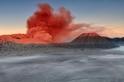 婆羅摩火山上的紅色煙霧