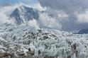聖母峰雪崩過後:中國女子率先登頂