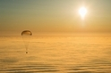 太空人重返地球 乘金色降落傘安全著陸