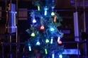 用日常材料,做一棵「螢光聖誕樹」