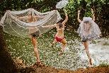 跳進水潭的「新娘」