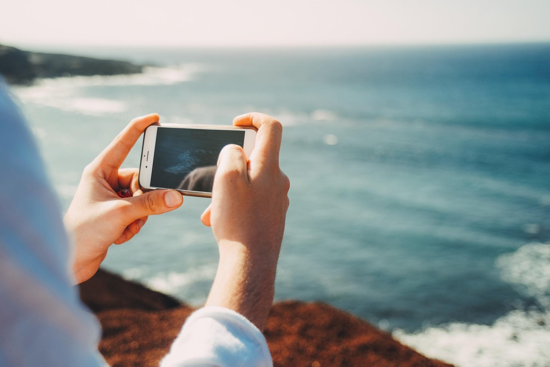 專心拍照,讓人更容易遺忘拍照內容以外的體驗。圖片來源:Pixabay