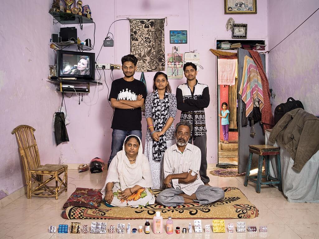 印度 這個孟買家庭的藥物大多是給中風後的阿巴斯.阿里.沙格理(右邊坐者)用的。  | 攝影:加布里爾.卡林伯迪