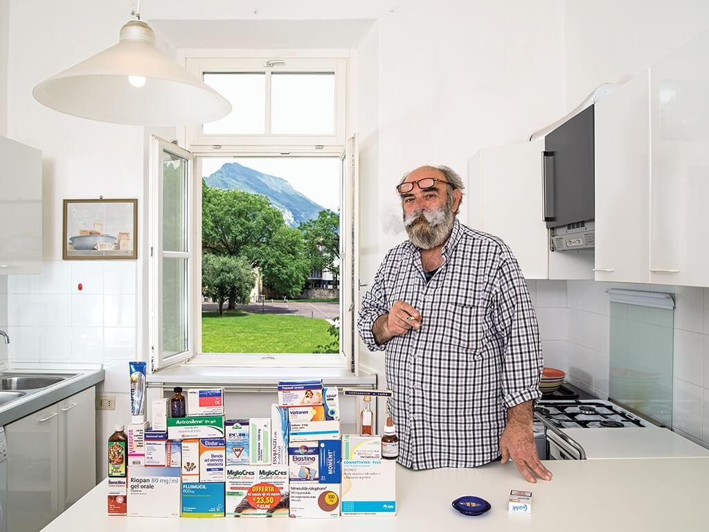 義大利 里瓦德爾加爾達的圖書館員雷默.巴拉爾地尼展示他的家庭藥房:有治療和預防用藥,包括一瓶外用殺菌劑。 | 攝影:加布里爾.卡林伯迪