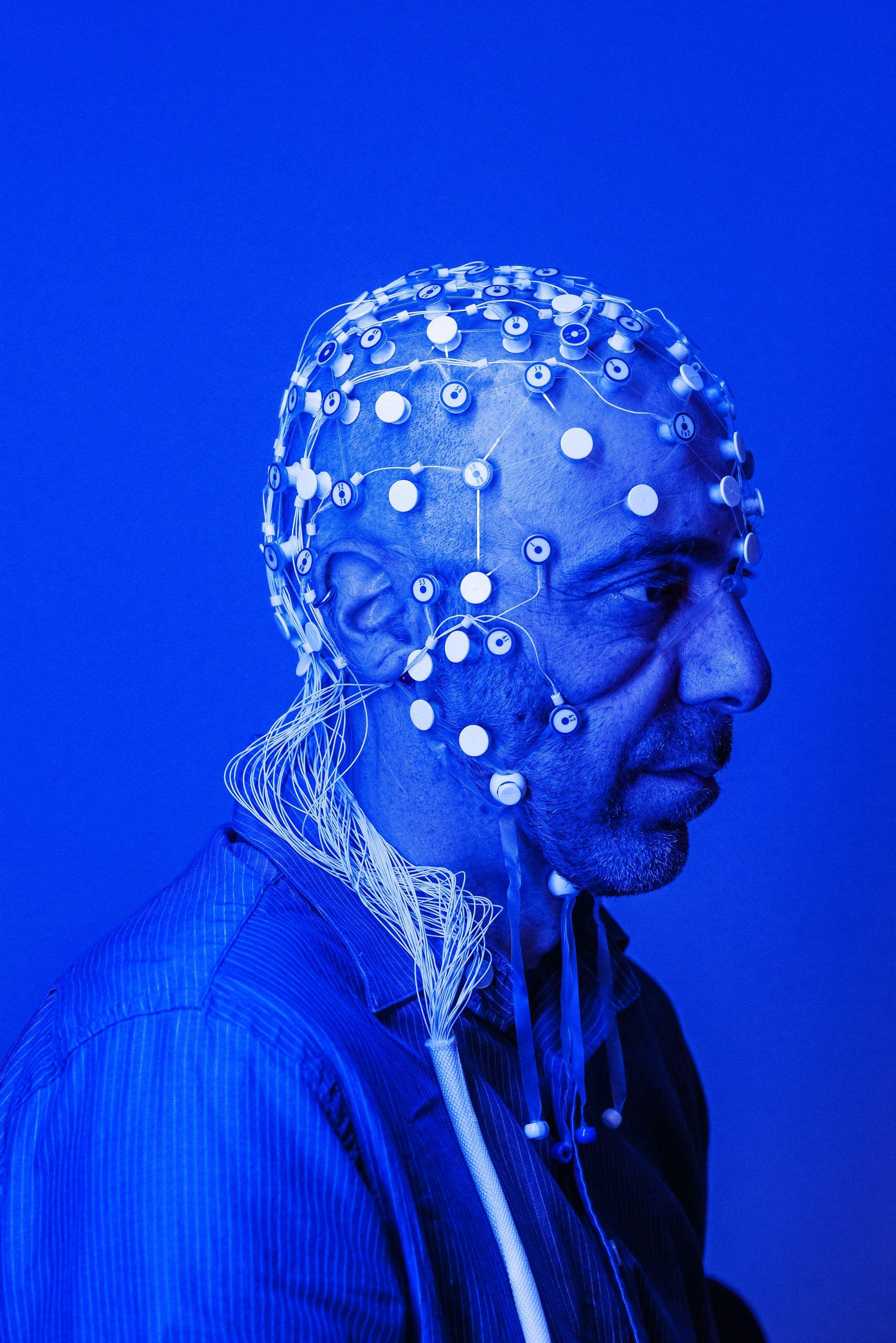 維塔利.拿帕多是美國哈佛醫學院和麻省綜合醫院的神經科學家,他研究的主題是腦部如何覺知疼痛。拿帕多以腦電圖追蹤慢性腰痛病人的腦波模式進行研究。 ROBERT CLARK