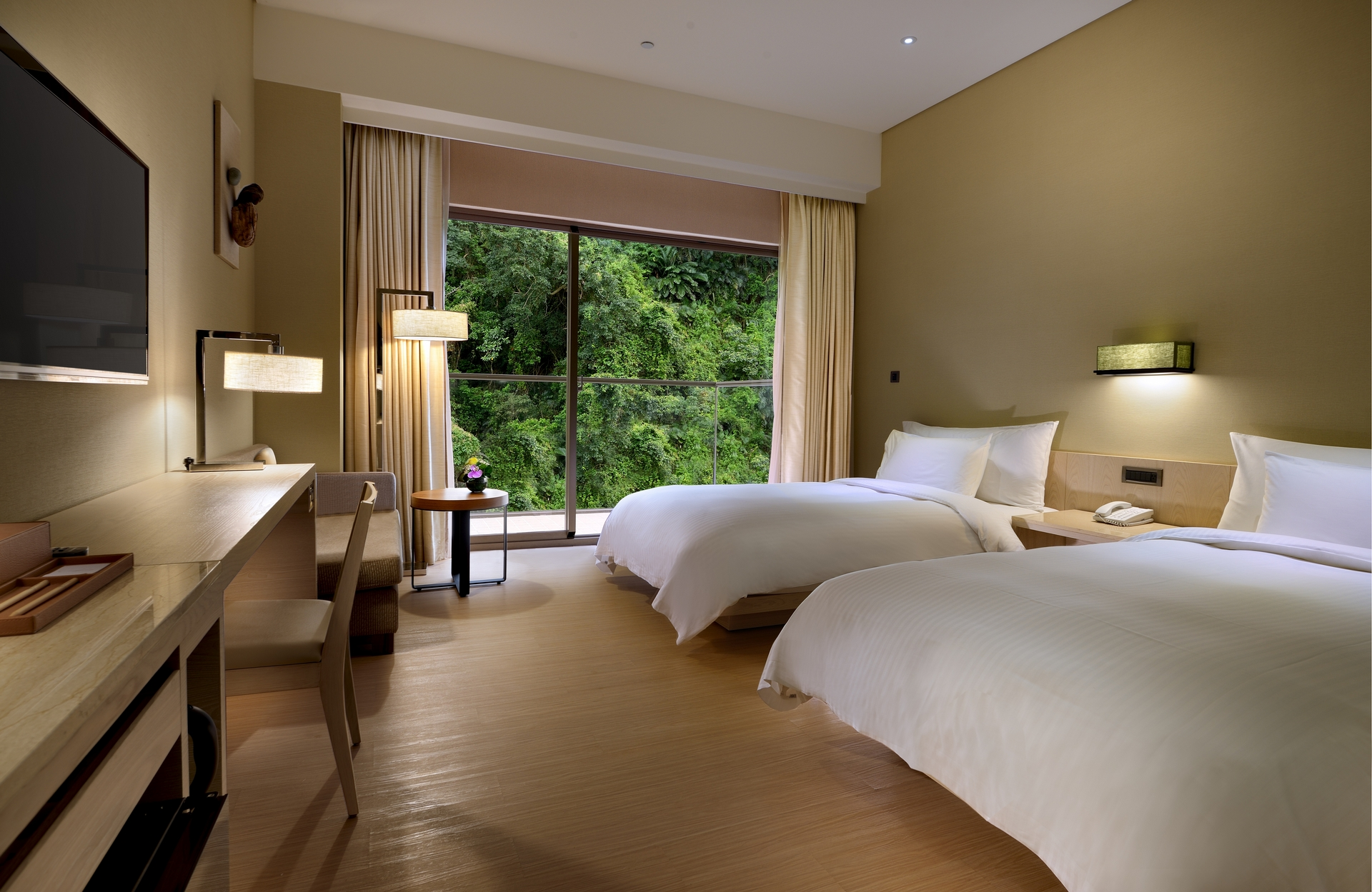 知本金聯世紀酒店山水精緻雙人房與森林綠意同棲。