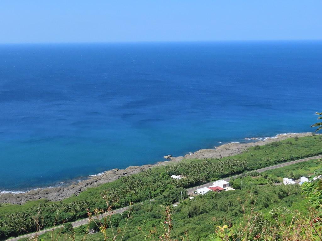 從大坪頂無名涼亭俯瞰後灣,完整的海岸林保全後方聚落一目了然。攝影:廖靜蕙