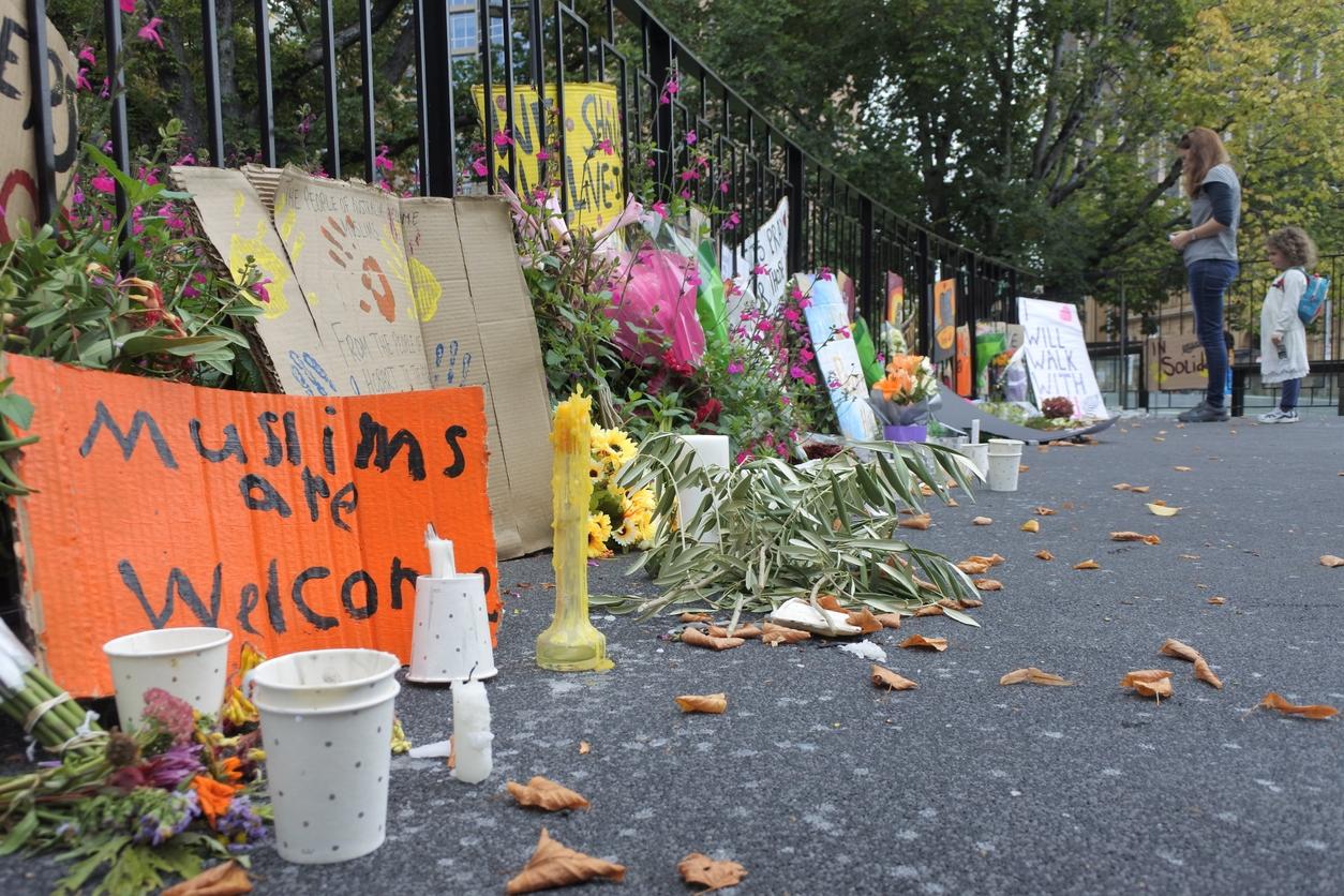 2019 年 3 月,紐西蘭基督城清真寺發生慘絕人寰的槍擊案,槍手闖入掃射,並在社群平台上直播屠殺過程,造成 51 人死亡。嫌犯曾在社群論壇發表種族仇恨宣言,讓極端言論與平臺責任再掀討論。 <br>圖片來源│iStock