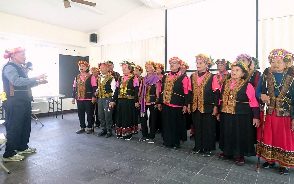 部落長輩吟唱古茶布安古調歡迎國際友人。攝影:李育琴