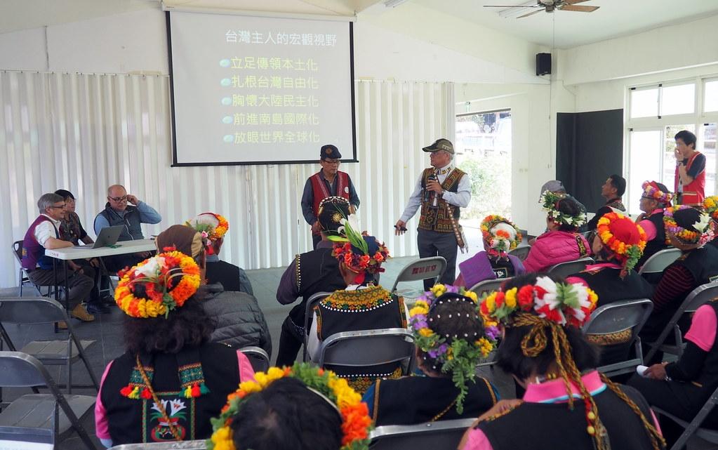 魯凱民族議會主席包基成、好茶部落會議主席杜冬振向遠道而來的潘特拉致意。攝影:李育琴