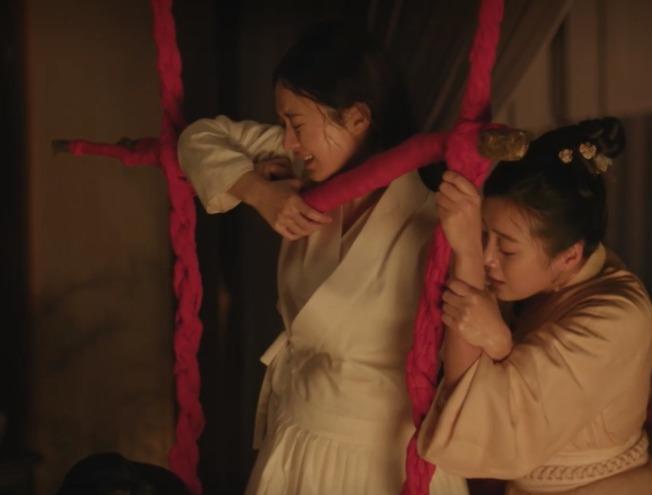 中國電視劇《知否知否應是綠肥紅瘦》裡,女主角明蘭立著身子、攀附橫木,咬牙費勁生下了胖兒子。這一幕讓許多劇迷揪緊了心,卻也疑惑:生產不是該躺在床上嗎? 圖片來源│取自電視劇《知否知否應是綠肥紅瘦》畫面