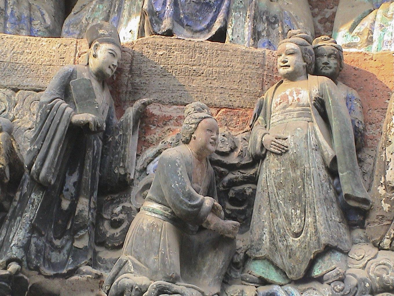 中國四川大足寶頂山的石刻,相傳由宋代僧人趙智鳳鑿建。其中,「臨產受苦恩」石像生動呈現古代婦女的生產場景,產婦以直立體位臨盆,助產者一人在背後抱腰,一人在前面準備接生。 圖片來源│李貞德攝