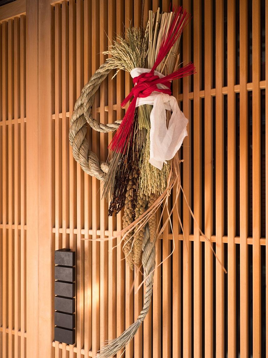 掛門松、稻草繩是日本傳統的新年儀式,現今日本依然可見。 資料來源│iSock
