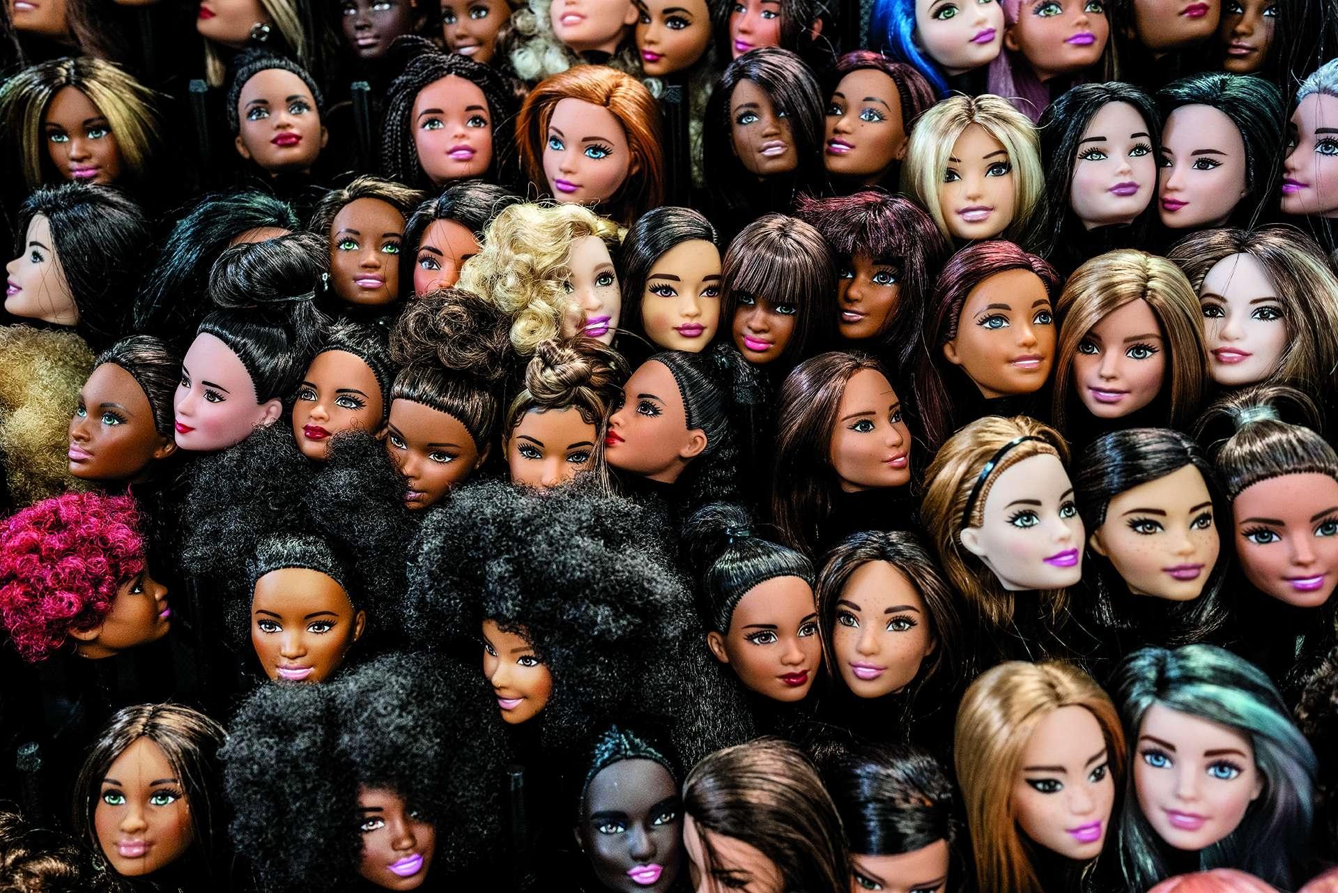 在玩具製造商的設計中心,攝影師莫拉雷斯拍下這張芭比娃娃簇擁在一起的照片,由此可看出玩偶造型已經變得多元而且兼容並蓄,莫拉雷斯說:「我們每天都接收與美有關的訊息,」但是網路時代「正在試圖重塑我們對美的定義。」。攝影: 漢娜. 雷耶斯. 莫拉雷斯 HANNAH REYES MORALES