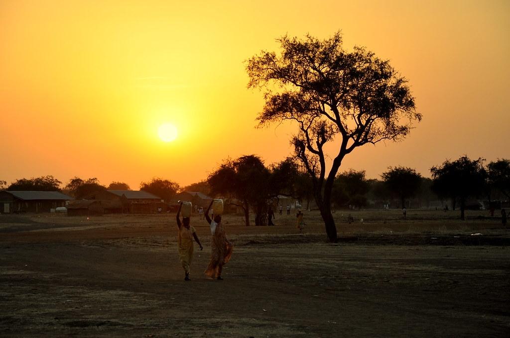 在非洲南蘇丹,婦女和女孩每天花費大量時間尋找可用水。照片來源:Alun McDonald/Oxfam(CC BY-NC-ND 2.0)