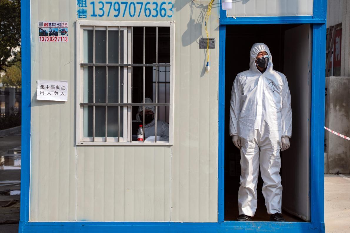武漢一間飯店外的檢查站公務員,該飯店收容了感染冠狀病毒的隔離人員。PHOTOGRAPH BY FEATURE CHINA/BARCROFT MEDIA VIA GETTY IMAGES