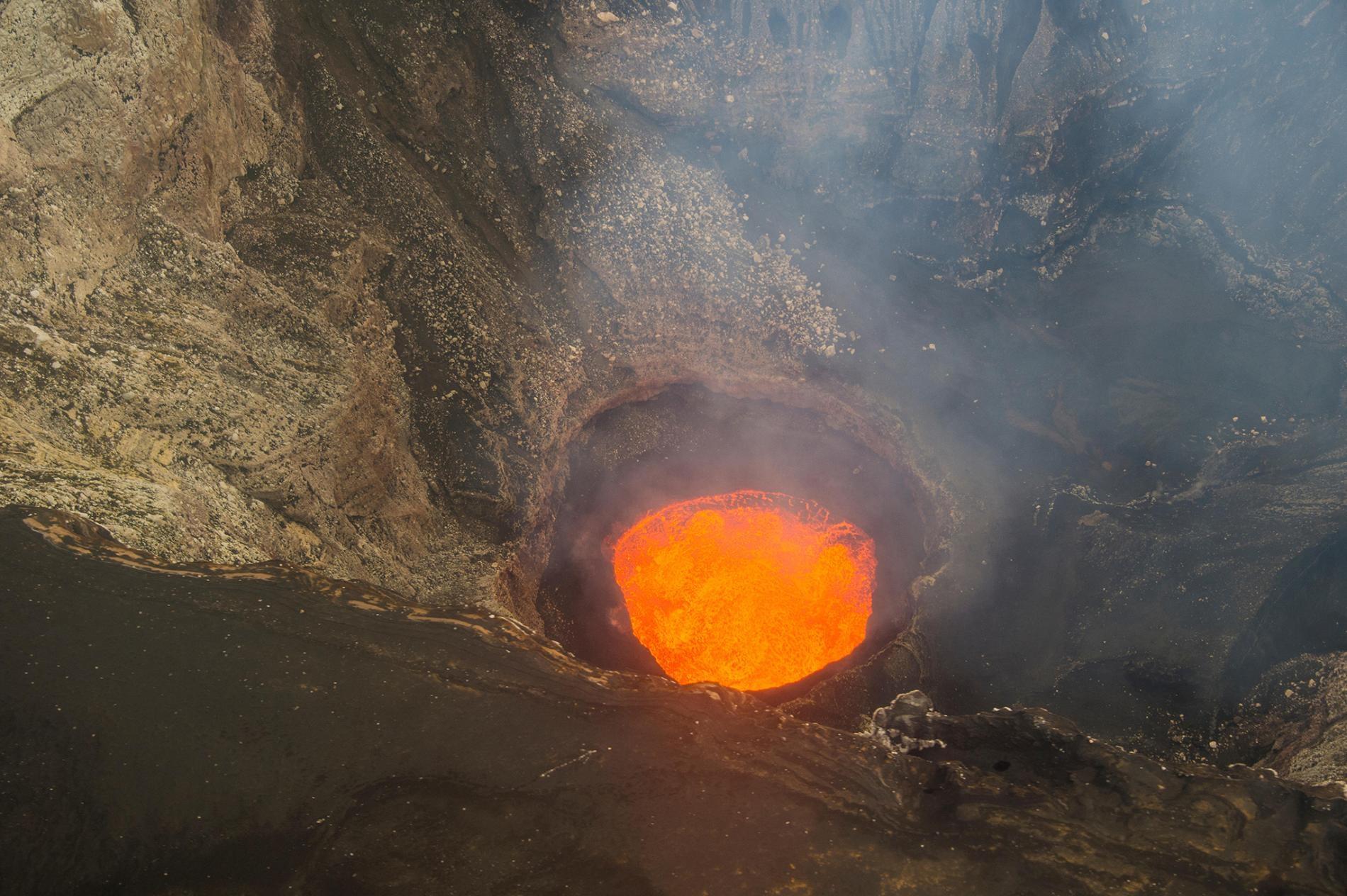 這是萬那杜安布理姆火山的五座火山湖之一,以前有岩漿在破火山口裡翻騰,直到2018年冬天這座火山爆發導致這些湖全數消失。PHOTOGRAPH BY ROBERT HARDING, ALAMY STOCK PHOTO