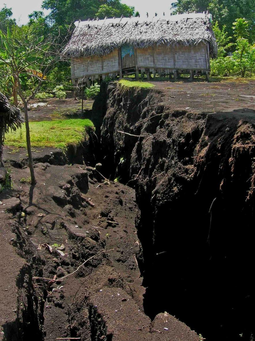 2018年在安布理姆火山爆發期間,當岩漿擠壓通過地底時,造成了地上的景觀斷裂和破碎。這種情形在距離火山口邊緣將近13公里的帕默村特別明顯。PHOTOGRAPH BY BERNARD PELLETIER, GÉOAZUR