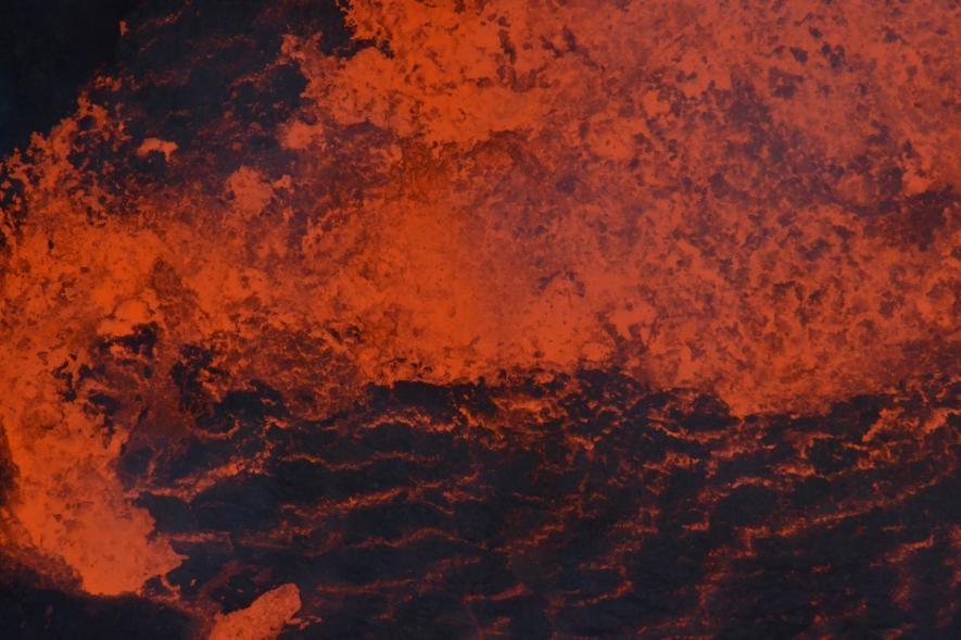 在2018年爆發前,熔岩在安布理姆的一座湖裡翻攪。熔岩湖的作用就像是直通深處的一扇窗,提供了地底深處究竟發生了什麼的線索。PHOTOGRAPH BY DAN TARI, VANUATU METEOROLOGY AND GEOHAZARDS DEPARTMENT