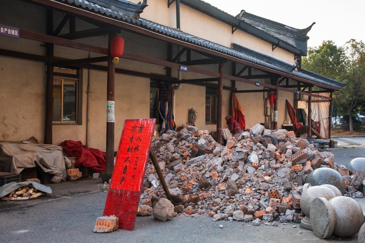 放上寫著「非本村人員嚴禁入內」的告示牌,派系村民用建築廢料擋住村口,阻斷交通。只留一個入口給村民進出。PHOTOGRAPH BY ROBAN WANG, NATIONAL GEOGRAPHIC