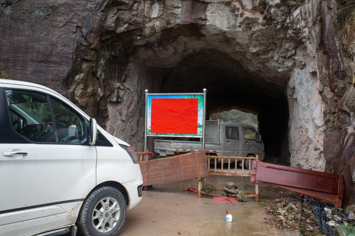 拱瑞村用家具和寫著「防控疫情,嚴禁外人外車入村,多謝合作」的告示擋在村口。PHOTOGRAPH BY ROBAN WANG, NATIONAL GEOGRAPHIC