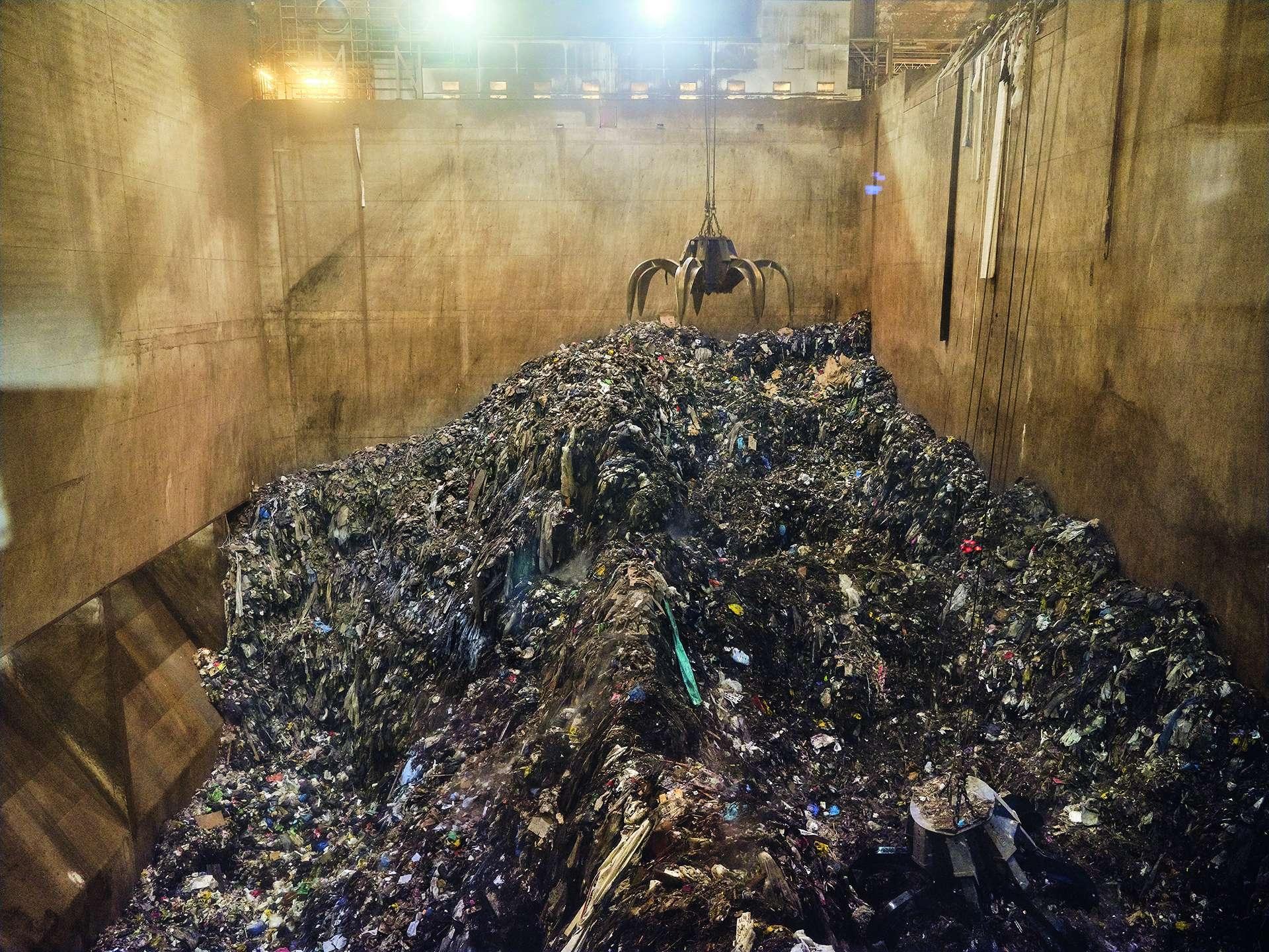 能源|哥本哈根一座新焚化爐的垃圾坑容量達2萬2000公噸。自動化起重機會攪拌垃圾,讓焚化爐燒得更乾淨。過濾燃煙的設備占據焚化廠內部的大半空間。相對於垃圾掩埋場,可以乾淨燃燒、產生能源的焚化爐,對垃圾來說是比較好的去處──但是循環經濟的目標,卻是以完全不會產生垃圾的方式來終結垃圾。攝影:盧卡.洛卡泰利 LUCA LOCATELLI