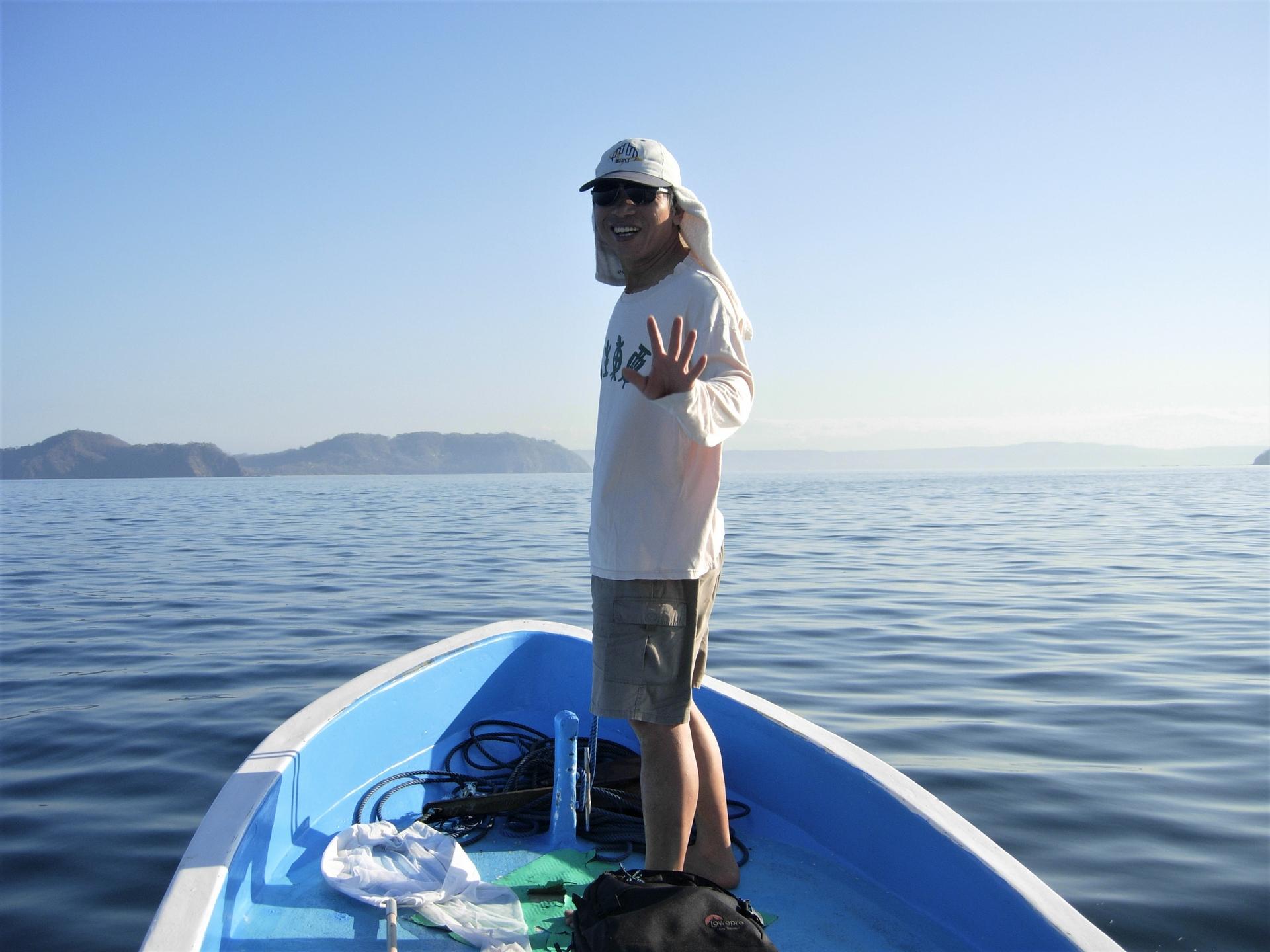 雇船在海上搜尋是找到黑背海蛇的最好方法。照片提供:杜銘章