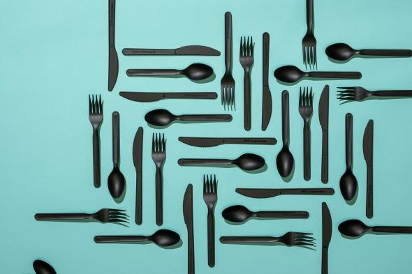 一堆百分之百可堆肥用的塑膠餐具。PHOTOGRAPH BY REBECCA HALE AND MARK THIESSEN