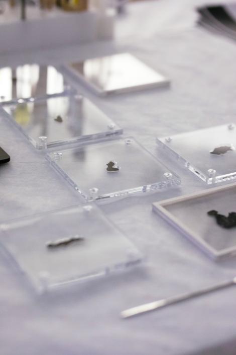 聖經博物館的死海古卷碎片放置在特製壓克力底座上,等著接受詳細檢查。 PHOTOGRAPH BY REBECCA HALE, NGM STAFF