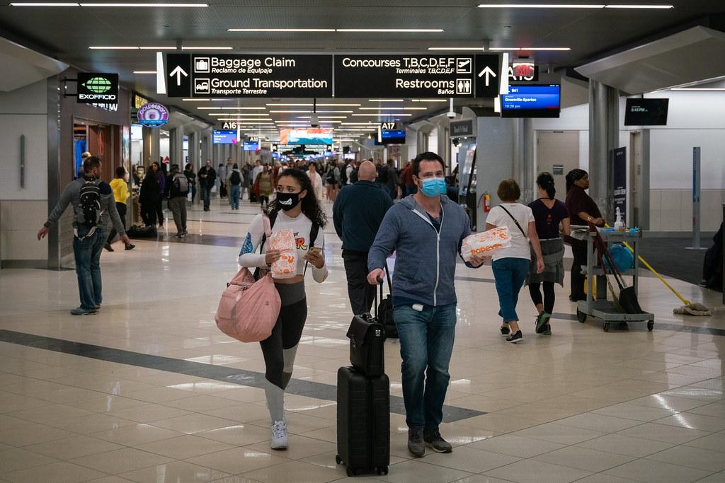 美國哈茨菲爾德-傑克遜亞特蘭大國際機場,旅客為了防疫戴上口罩。照片來源:Chad Davis(CC BY-SA 2.0)