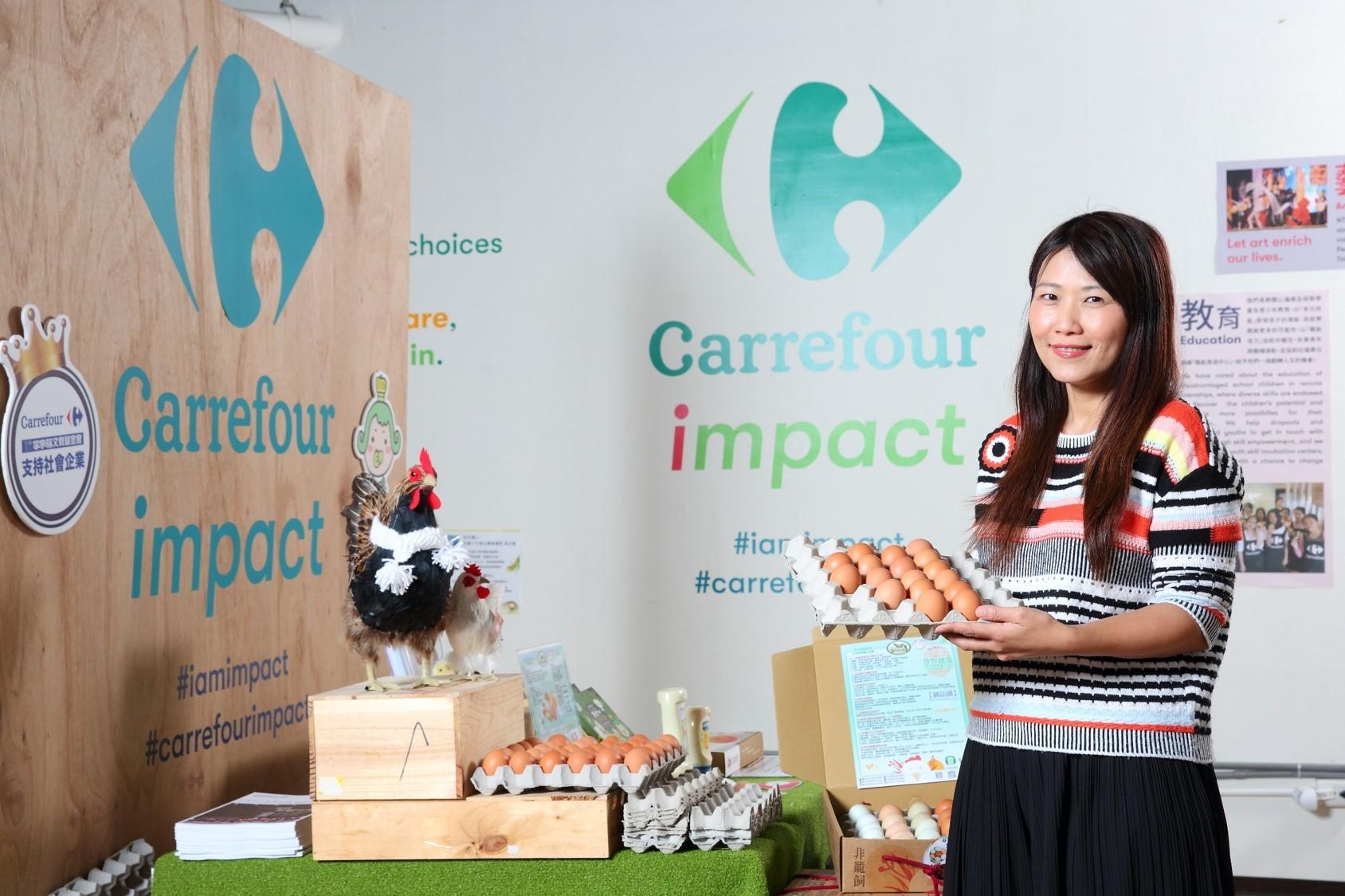 家樂福文教基金會執行長蘇小真與家樂福大力推動的動物福利非籠飼雞蛋,可自備容器購買。