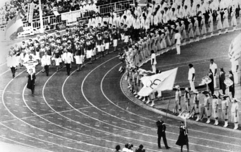 迪克.帕瑪(Dick Palmer)是英國奧運代表隊秘書(前排右),他在1980年莫斯科夏季奧運開幕儀式中手持奧運會旗、代表英國奧協入場。值得注意的是英國運動員的缺席,他們因為蘇聯入侵阿富汗而杯葛開幕儀式。 PHOTOGRAPH FROM AP