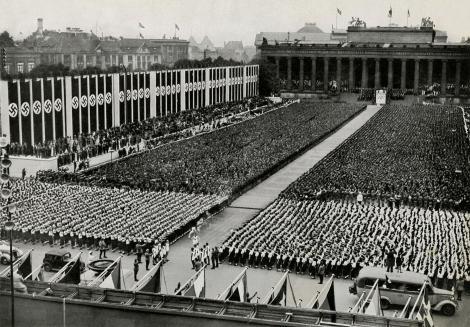 奧運聖火在1936年柏林奧運開幕儀式時抵達了掛滿卍字旗的擁擠運動場。儘管許多人呼籲抵制希特勒興起和反猶太主義,柏林奧運還是照常舉辦──但因為二次世界大戰的關係,之後十多年都沒有再舉辦奧運。PHOTOGRAPH FROM CULTURE CLUB, GETTY