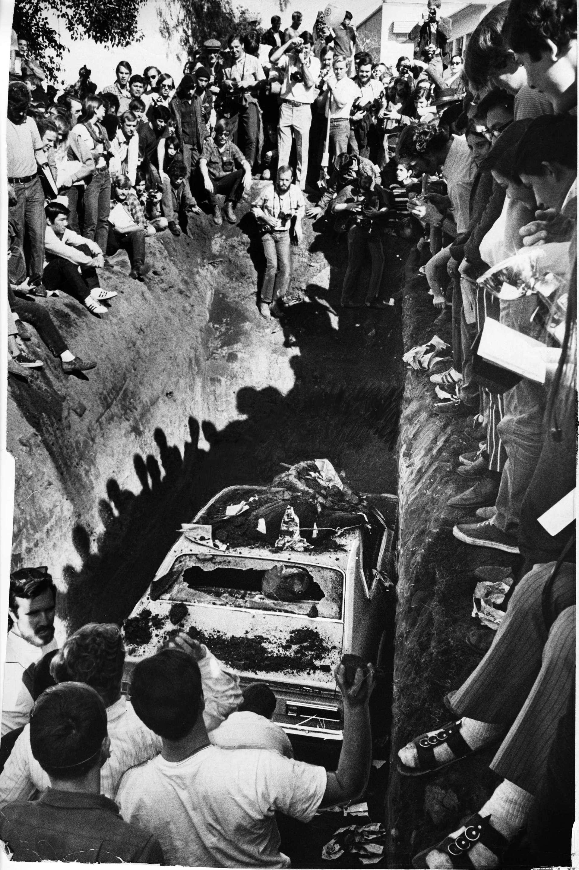 你知道嗎?1970年2月,在世界地球日的前導活動中,加州聖荷西州立學院的學生買了一輛新的福特 Maverick,把它推到校園中心埋到地下3.5公尺處。這個儀式是為了表達反煙霧,舉辦於為期一週的「生存慶典」期間。這個慶典催生了美國大學最早的環境科學科系之一。PHOTO: STAN CREIGHTON, SAN FRANCISCO CHRONICLE/POLARIS