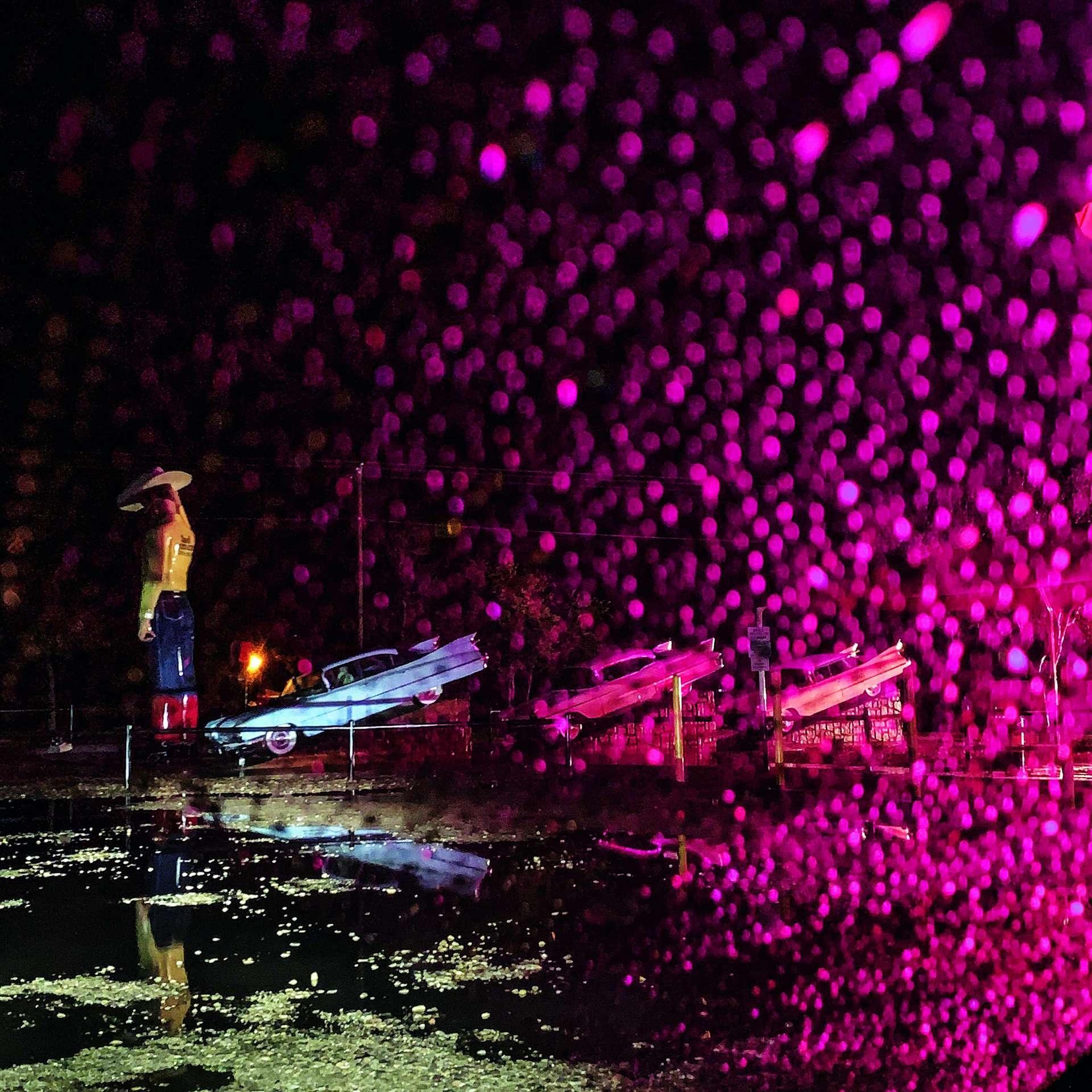 在德州阿馬立羅市凱迪拉克休閒露營車公園裡,尾鰭般的汽車後擋泥板指向落雨的天空。過去一個世紀以來,汽車一直是美國的一個象徵。然而,隨著全球遠超過10億輛汽車不斷加劇氣候變遷,也到了重新檢視內燃機引擎的時候。PHOTO: DAVID GUTTENFELDER
