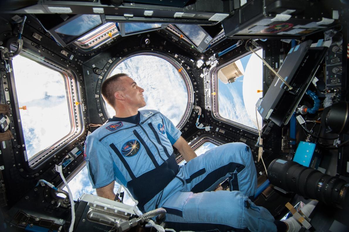 美國航太總署太空人克里斯.卡西迪在國際太空站凝視著穹頂外的景色。他在2013年8月登上這個繞行地球的軌道實驗室,擔任遠征36(Expedition 36)任務的飛行工程師, PHOTOGRAPH BY NASA