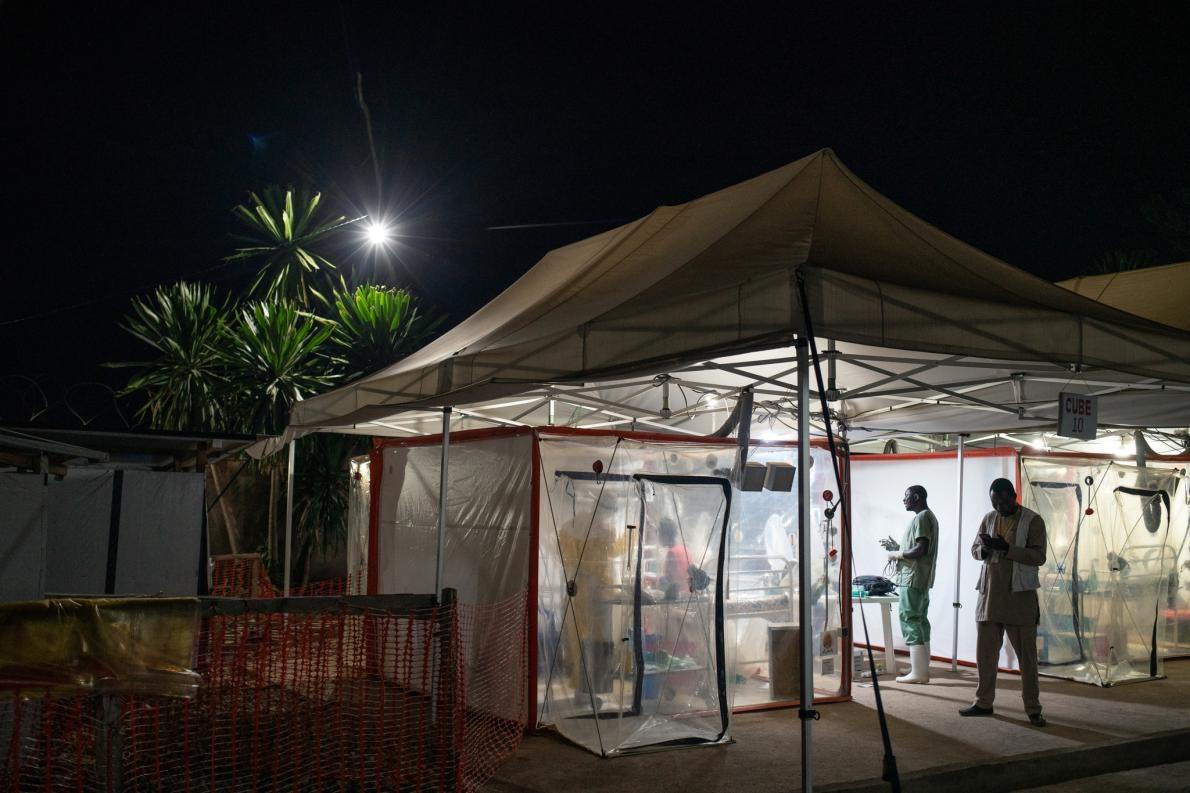 16歲的卡沃霍.穆科尼.羅梅利(Kavugho Mukoni Romelie)去年在貝尼的國際醫療行動聯盟(The Alliance for International Medical Action,ALIMA)中心治療伊波拉病毒感染。他們在生物安全緊急照護病房(Biosecure Emergency Care Unit)內進行治療,這種病房又被稱為「立方病房」(cube),是用來治療伊波拉病毒的最新科技進展。PHOTOGRAPH BY NICHOLE SOBECKI