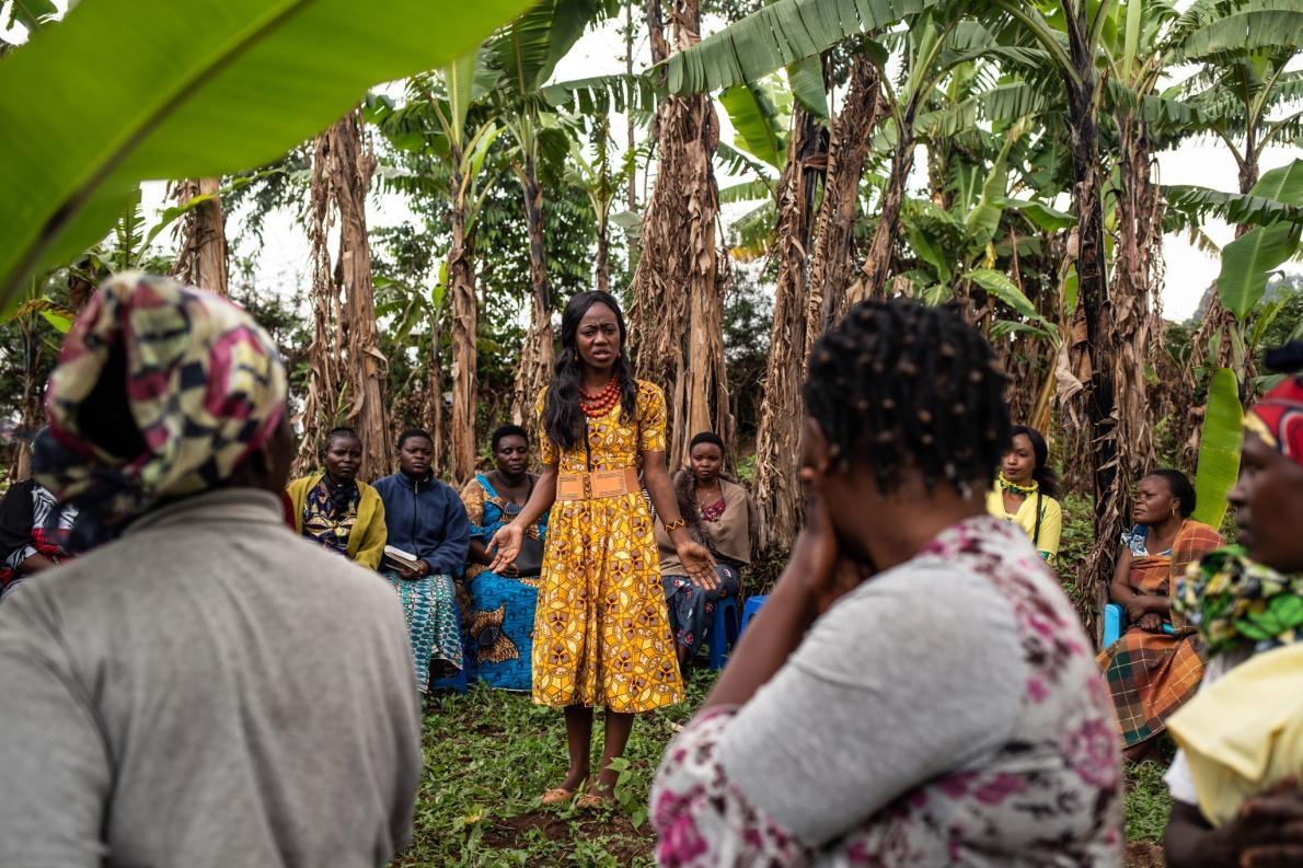 24歲的穆雅札.維迪亞.胡格特(Mulyanza Vithya Huguette)是伊波拉病毒感染的倖存者,她將自己的經歷分享給一群女性,來澄清與這種病毒有關的汙名。PHOTOGRAPH BY NICHOLE SOBECKI
