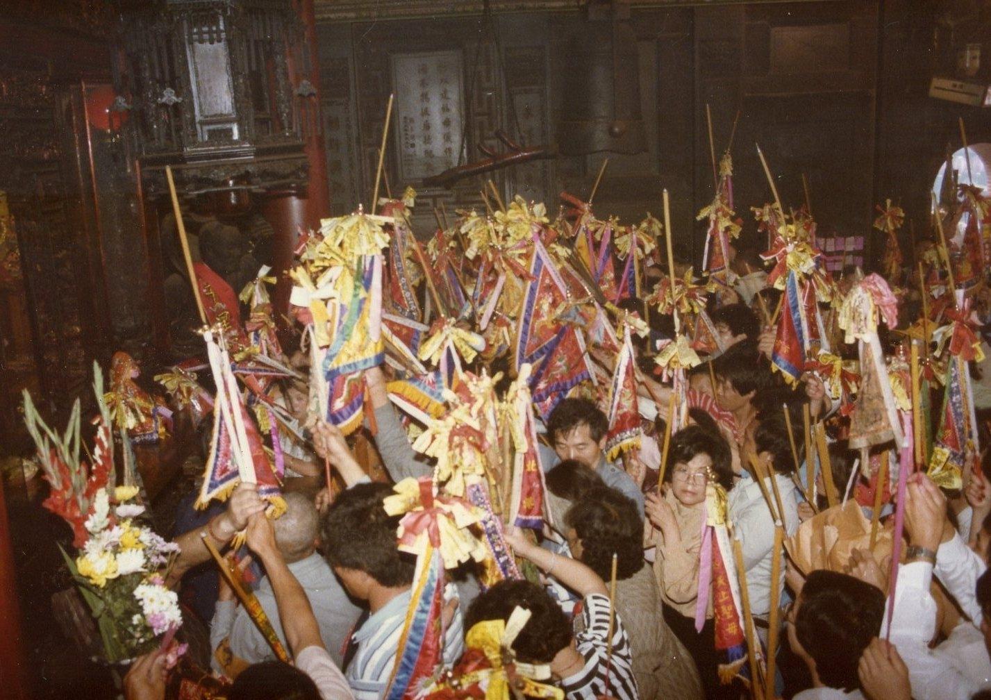 香客手持進香旗進入大殿,大殿內即將進行「謁祖割火」儀式。 圖片來源│張珣