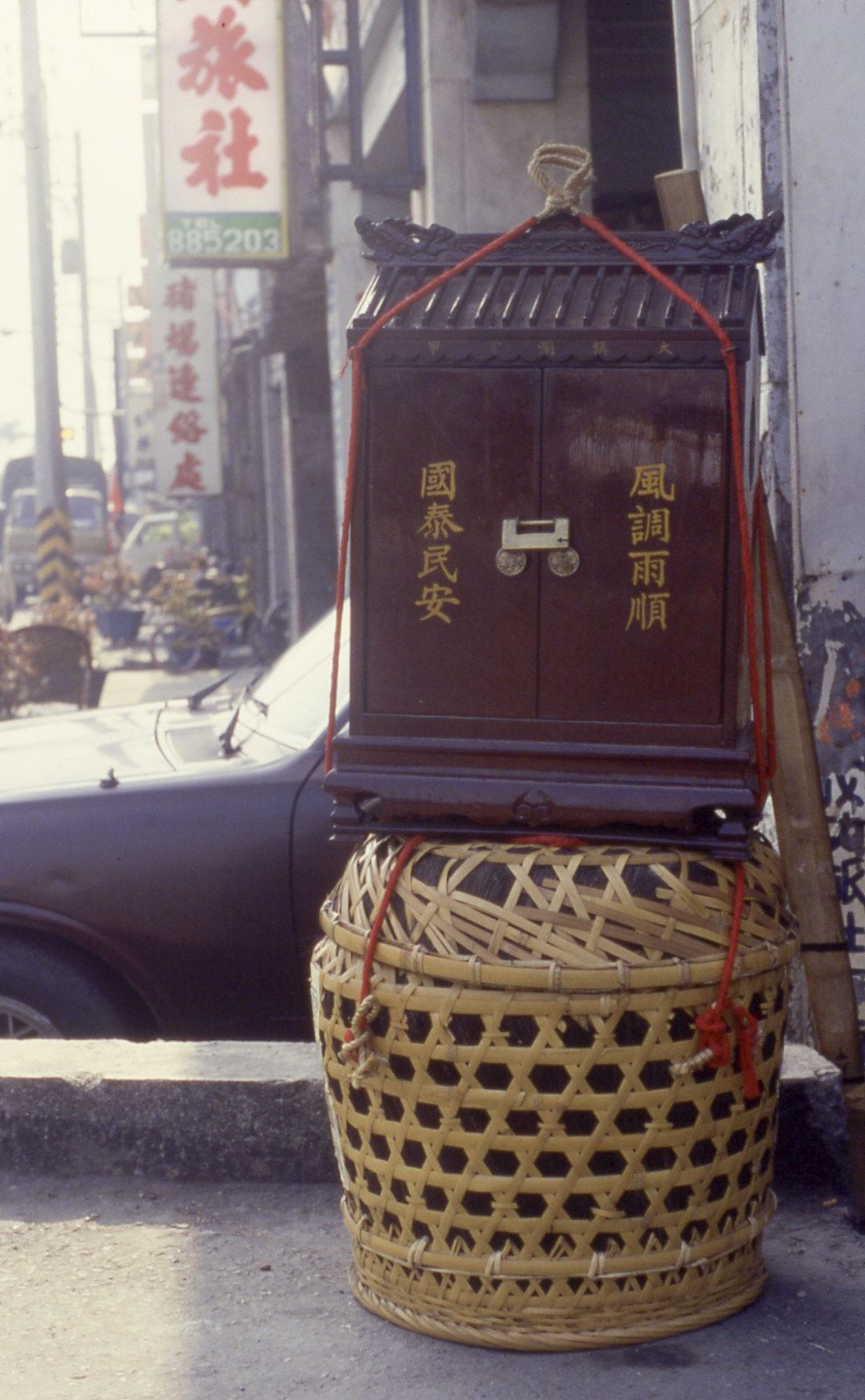 大甲鎮瀾宮的香擔,裡頭裝著香爐,是進香之行最重要的關鍵「任務」,沿途由廟方嚴密保護。 圖片來源│張珣
