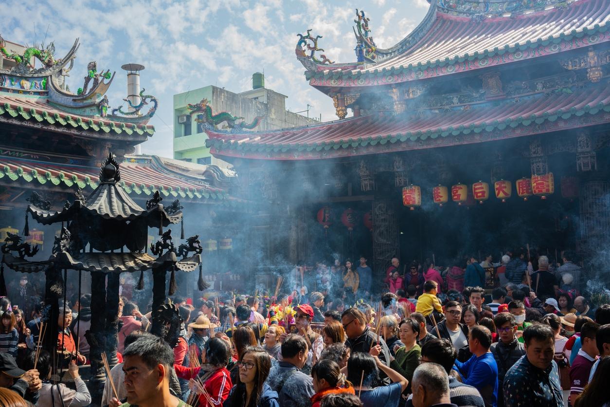 香火鼎盛是臺灣廟宇常見的景象,2017 年政府推動減香政策,曾引起民間強烈反彈,抨擊政府滅香。張珣認為,改變如果建立在尊重香文化的基礎上,更能調和現代環保意識。她曾在演講中提及可以從每天三炷香,改成初一、十五三炷香或是一年十二支香,但用好一點的香供養神明,多數信徒都能接受。 圖片來源│iStock