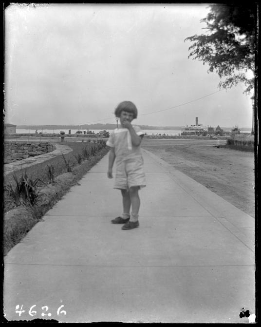 1913年,一名身分不明的兒童攝於哈特島。PHOTOGRAPH COURTESY NEW YORK HISTORICAL SOCIETY