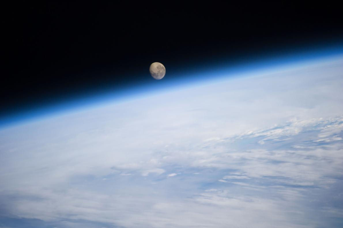 從國際太空站(International Space Station)所見月球從地球上方落下的樣子。PHOTOGRAPH BY REID WISEMAN, NASA