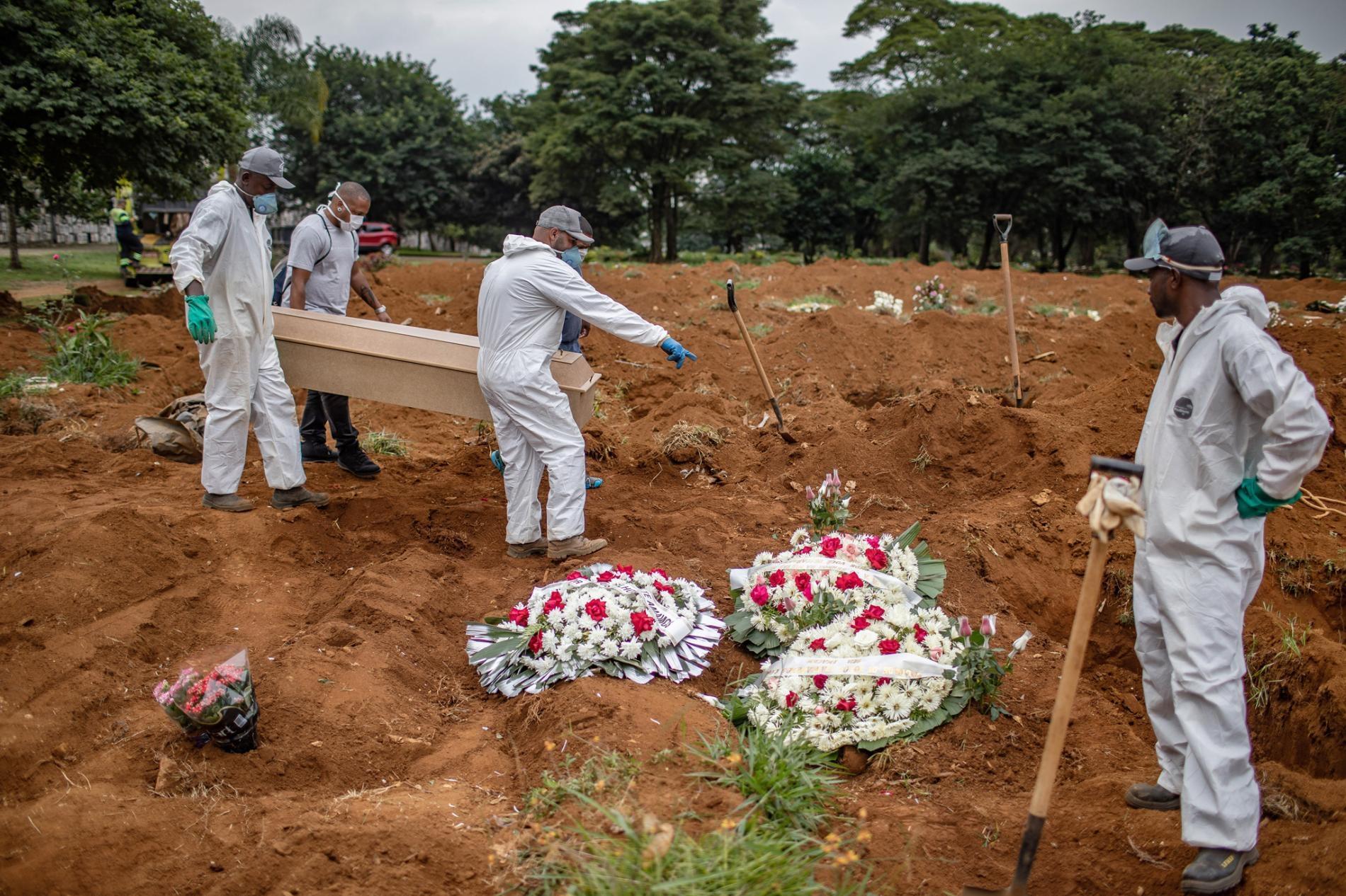 2020年4月7日星期二,幾個人在巴西聖保羅的維拉福爾摩沙公墓(Vila Formosa cemetery)埋葬一名死去的冠狀病毒患者。PHOTOGRAPH BY VICTOR MORIYAMA, THE NEW YORK TIMES VIA REDUX