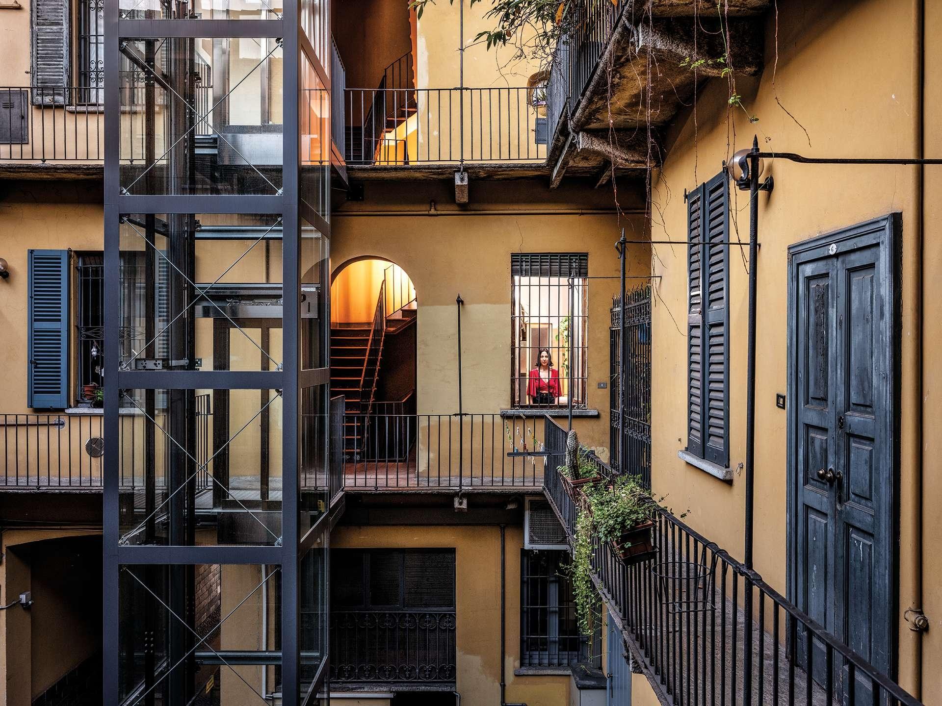 封鎖期間,莉貝卡.卡薩雷居住的米蘭夜店區一片空寂。「我很寂寞。」她說:「寂靜和空蕩蕩的空間讓一切顯得好不真實。」攝影:加布里爾.卡林伯迪