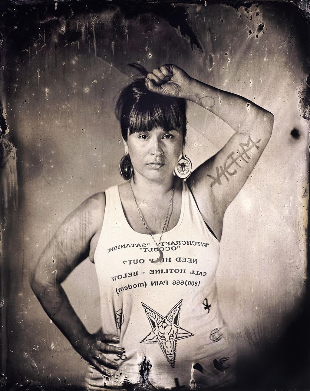 莎夏.塔格斯布魯.拉波因特著有回憶錄《輕舟一葉》,內容談到有多方血統的她在保留地長大、歷經性暴力、從原住民身分中找到力量的成長過程。她的名字來自她的曾祖母維.塔格斯布魯.赫爾伯特,赫爾伯特是部落長老、作家,也是致力將部族語言傳遍太平洋西北的文化保存者。拉波因特是海岸薩利希人,家族來自奴克沙克族和上斯卡吉族。她說「不管我們身為原住民女性承受了什麼,我們還是能夠昂首挺立,直視鏡頭,彷彿在說:『我們仍在這裡』。我們不是隱形人。你們無法忽視我們。」她的這張溼版攝影肖像照是攝影師卡里.史匹茲勒《探索堅忍》系列作品之一。攝影:卡里.史匹茲勒。卡斯卡德納族和猶太裔