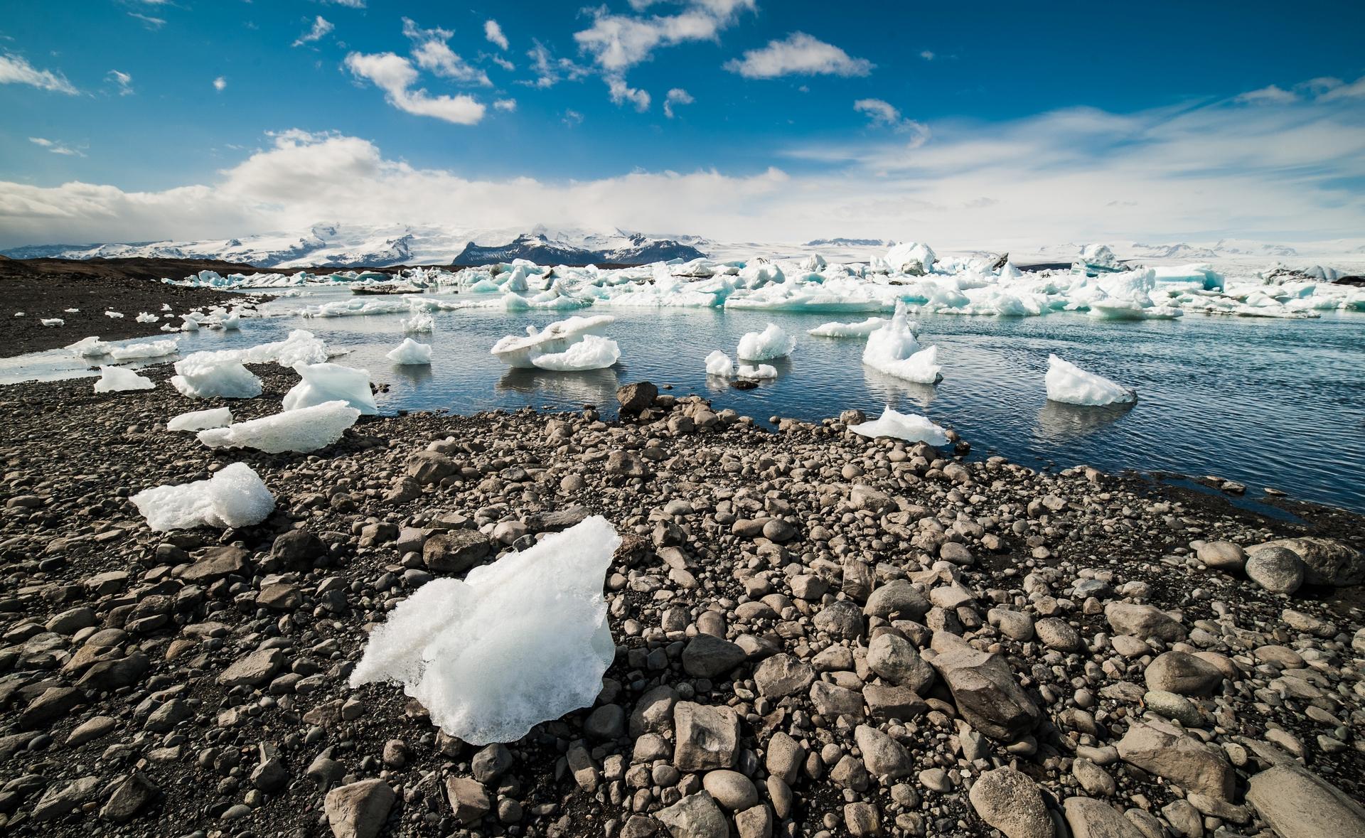 全球暖化造成南北極冰川大片消融、崩解。