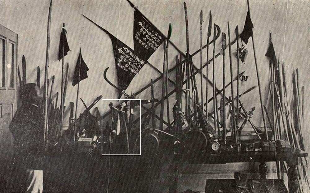 1915 年 8 月,余清芳等人遭日人逮捕後,被收押的武器,可以看到宋江陣的影子。白框圈起來的「乩筆」是余清芳打仗之前,向神明請示的「法器」。 圖片來源│康豹提供