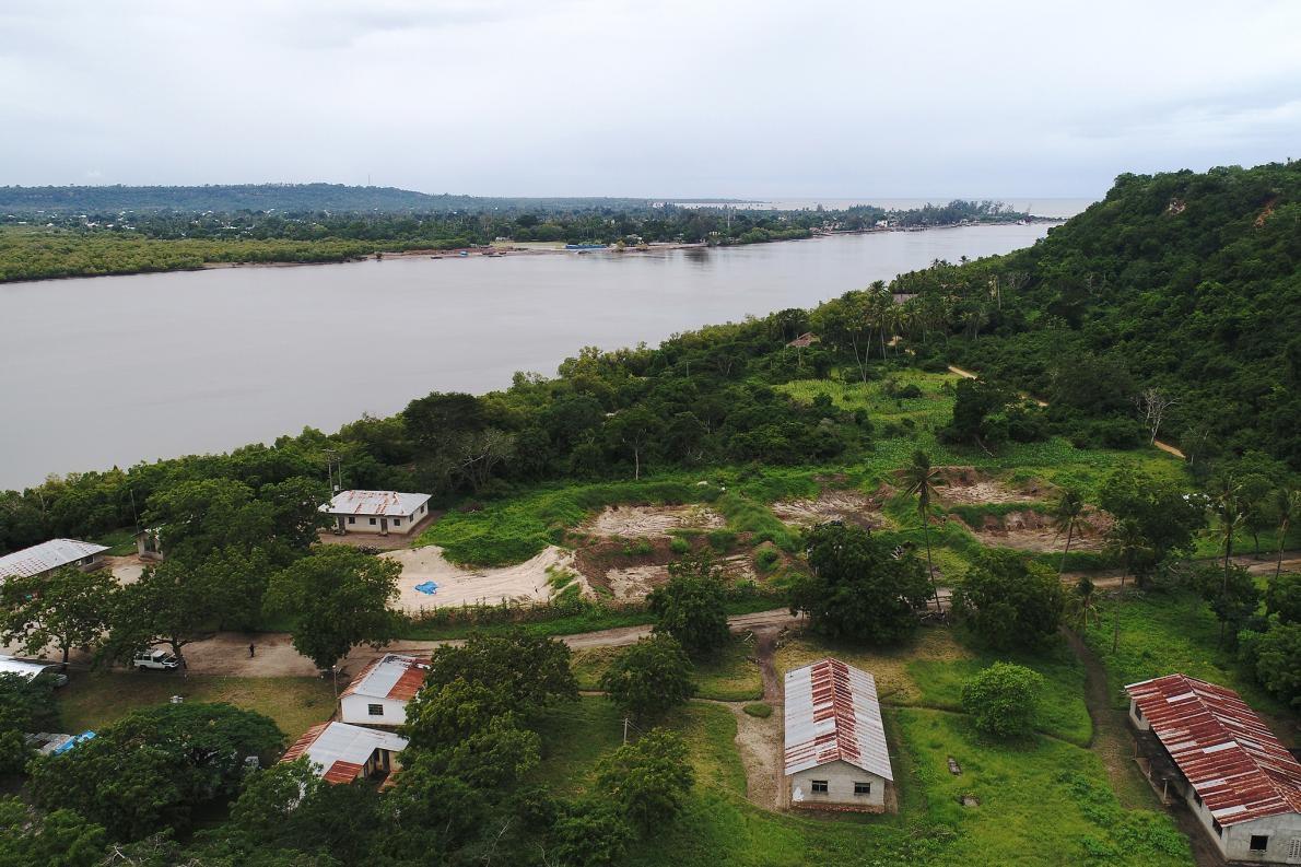 這座坦尚尼亞潘加尼河畔的遺址從上方看來就像不起眼的無水魚池。背景隱約可以看見印度洋。PHOTOGRAPH BY DAVIDE OPPO