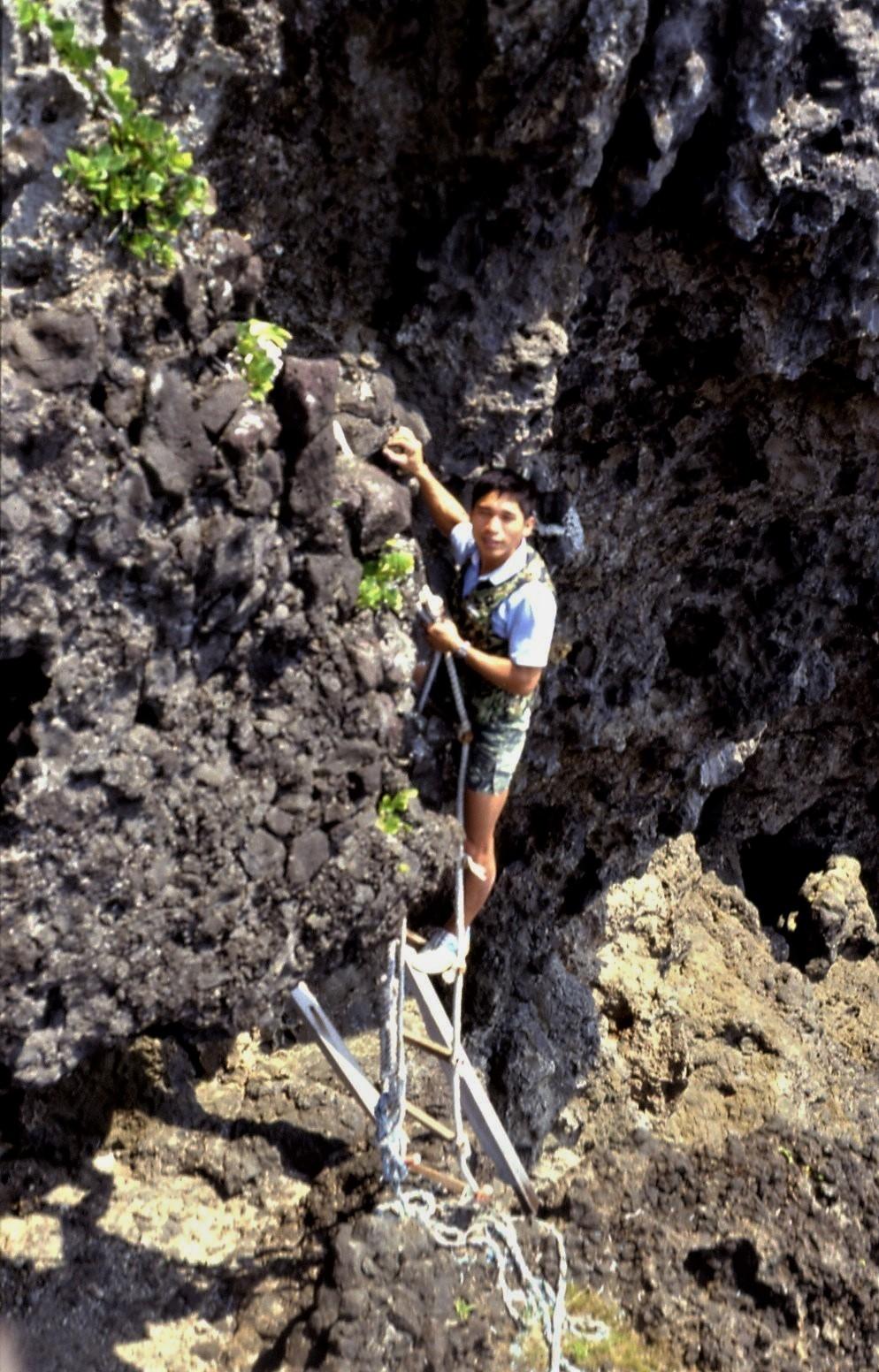 往蛇洞途中需借助繩梯。照片提供:杜銘章